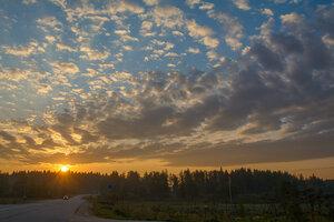 на восходе облачка...